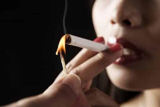 زنم سیگار میکشه